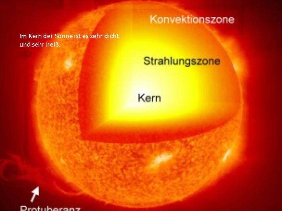 Im Kern der Sonne ist es sehr dicht und sehr heiß.