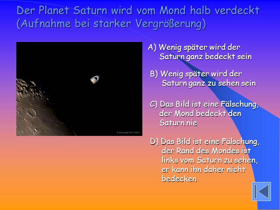 Der Planet Saturn wird vom Mond halb verdeckt