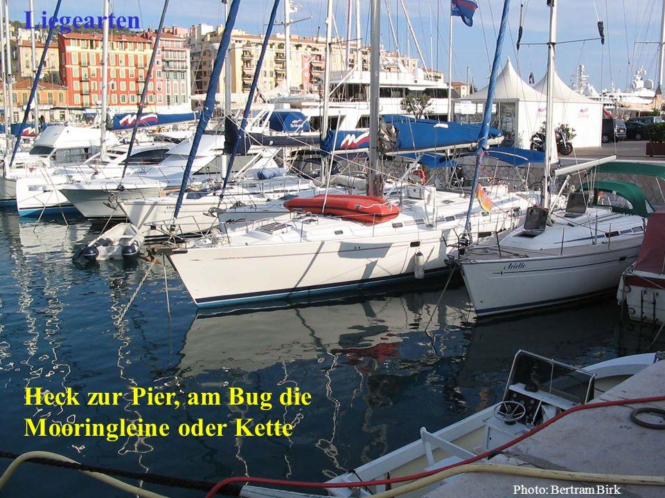 Heck zur Pier, am Bug die Mooringleine oder Kette