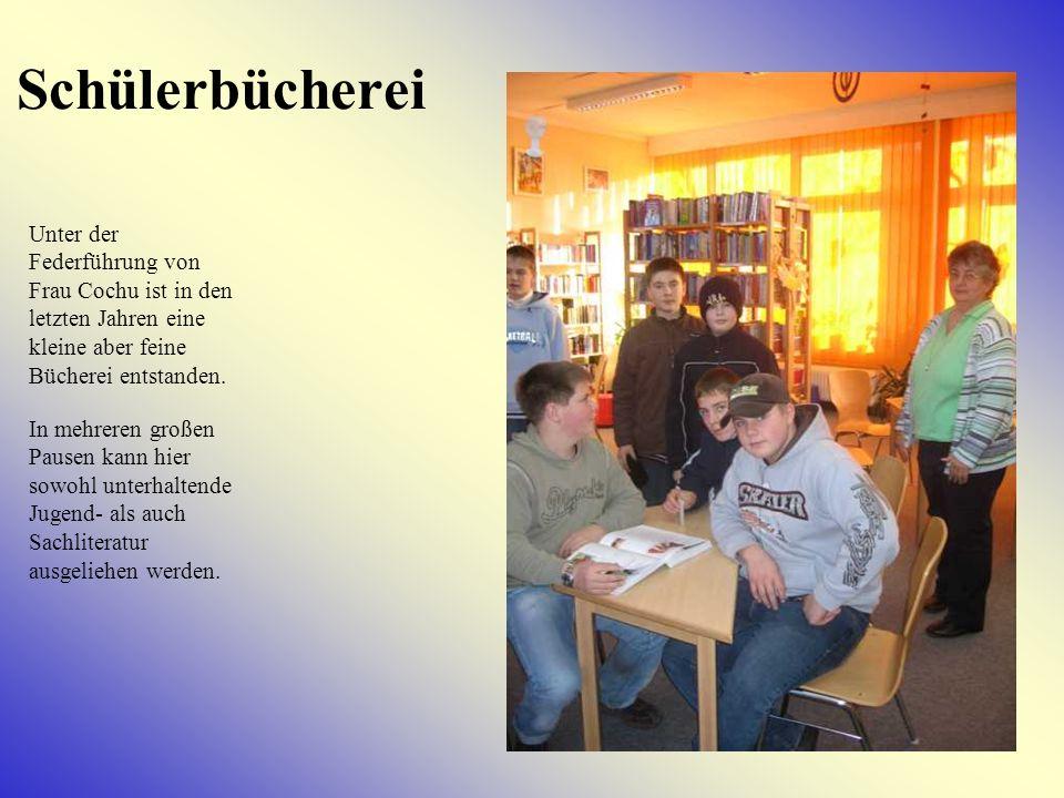 Schülerbücherei Unter der Federführung von Frau Cochu ist in den letzten Jahren eine kleine aber feine Bücherei entstanden.