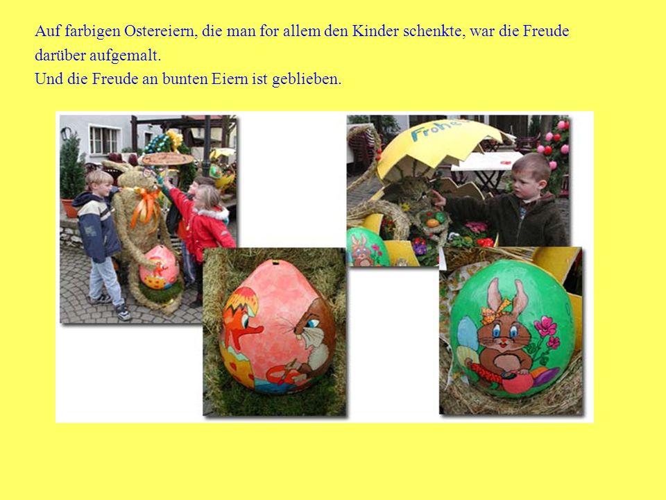 Auf farbigen Ostereiern, die man for allem den Kinder schenkte, war die Freude