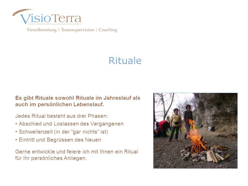 RitualeEs gibt Rituale sowohl Rituale im Jahreslauf als auch im persönlichen Lebenslauf. Jedes Ritual besteht aus drei Phasen: