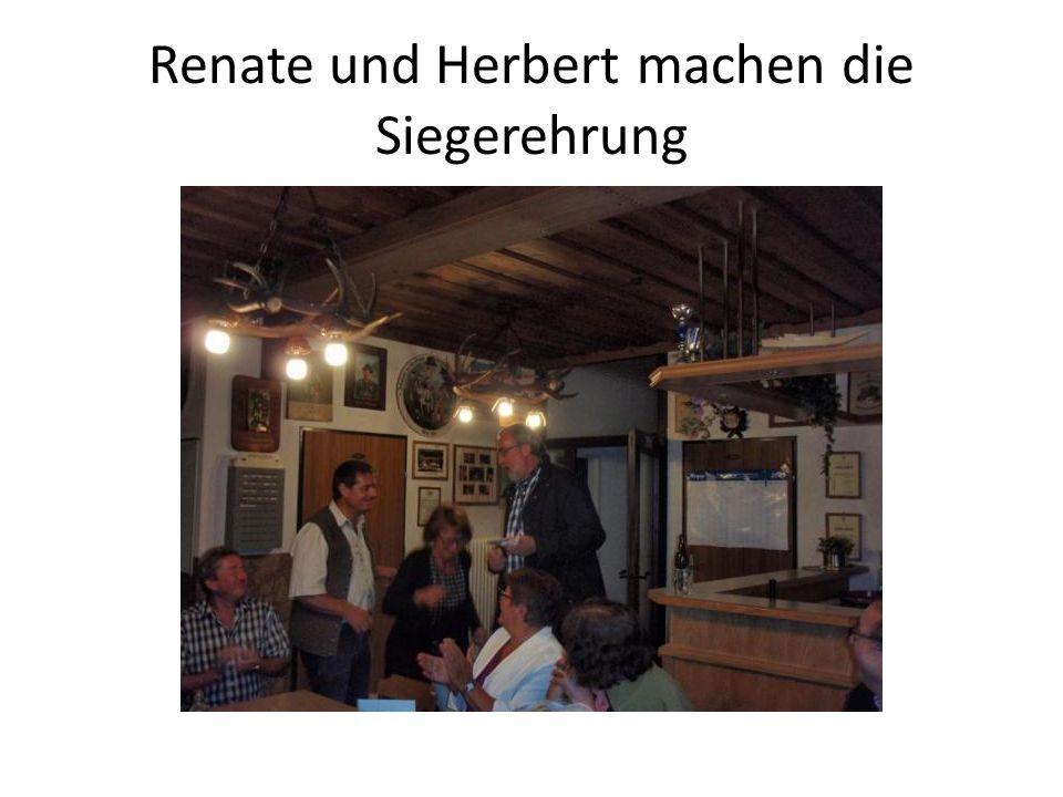 Renate und Herbert machen die Siegerehrung