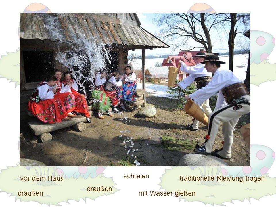 vor dem Haus schreien traditionelle Kleidung tragen draußen draußen