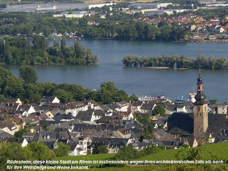Rüdesheim, diese kleine Stadt am Rhein ist insbesondere wegen ihres architektonischen Stils als auch für ihre Weinberge und Weine bekannt.