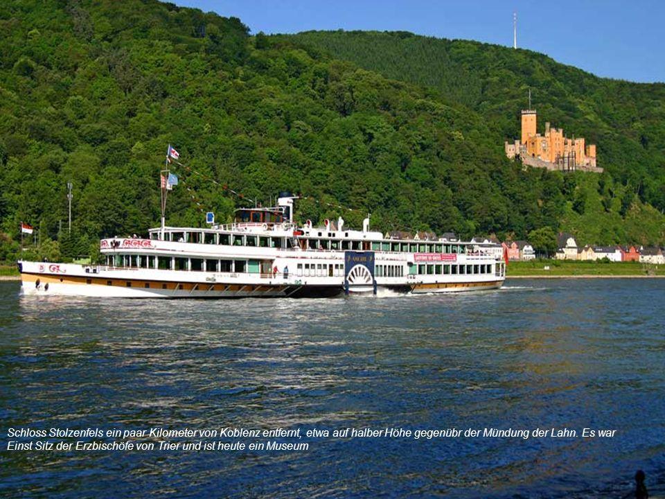 Schloss Stolzenfels ein paar Kilometer von Koblenz entfernt, etwa auf halber Höhe gegenübr der Mündung der Lahn. Es war