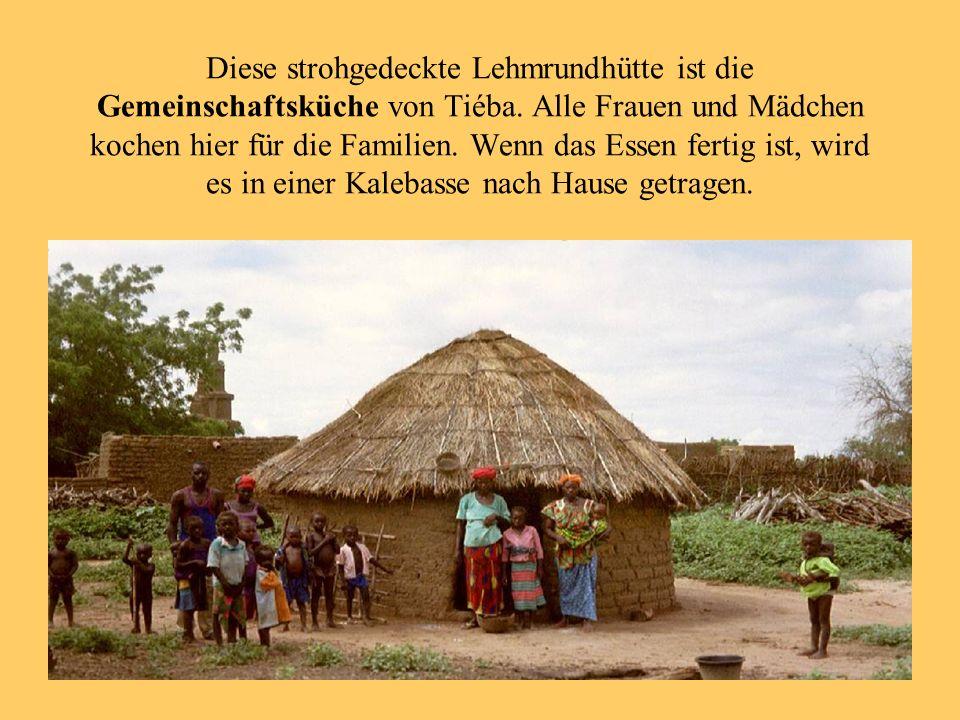 Diese strohgedeckte Lehmrundhütte ist die Gemeinschaftsküche von Tiéba