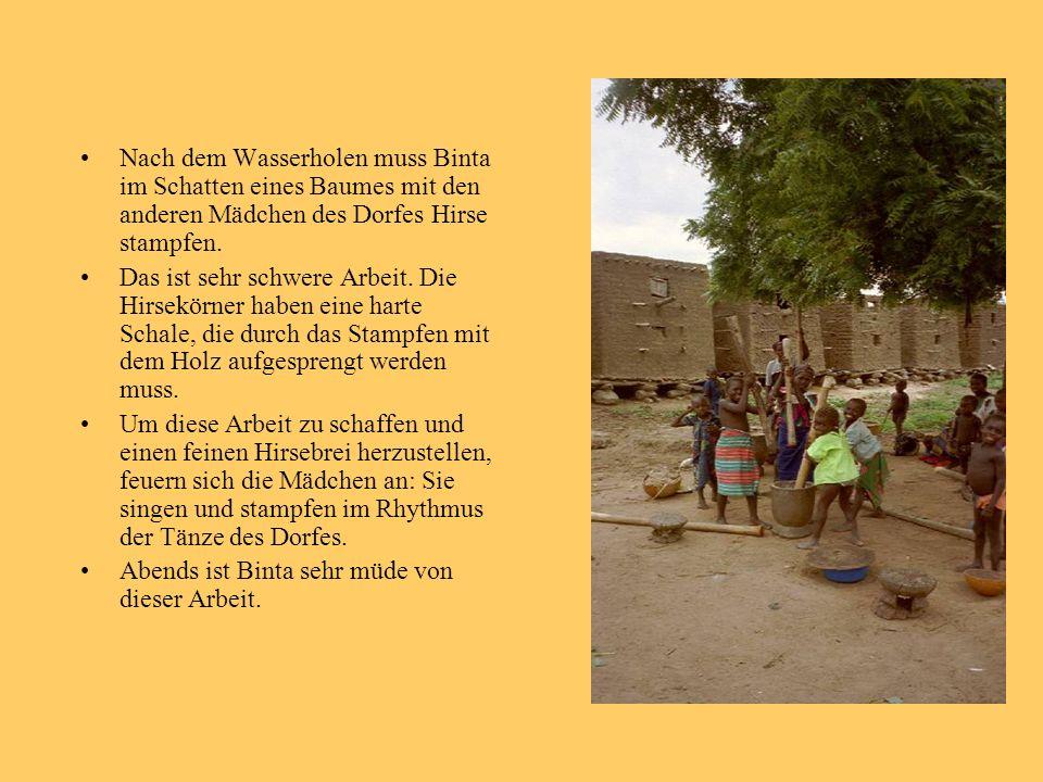Nach dem Wasserholen muss Binta im Schatten eines Baumes mit den anderen Mädchen des Dorfes Hirse stampfen.