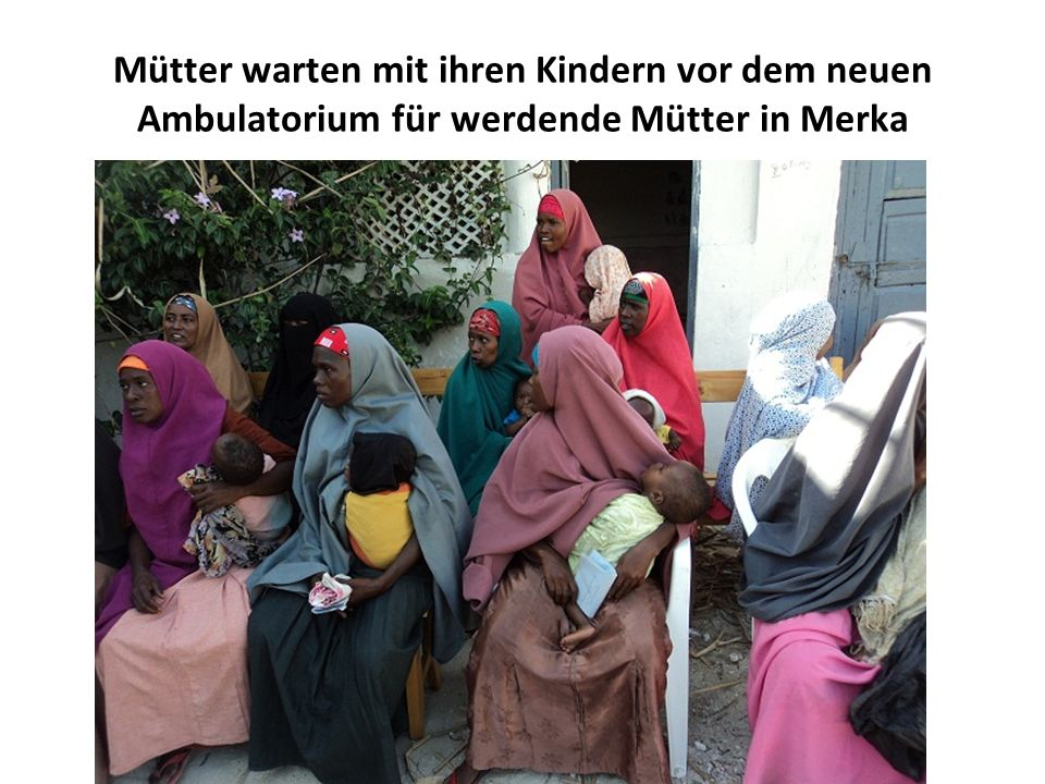 Mütter warten mit ihren Kindern vor dem neuen Ambulatorium für werdende Mütter in Merka