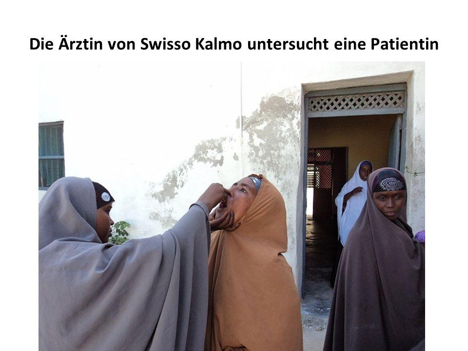 Die Ärztin von Swisso Kalmo untersucht eine Patientin