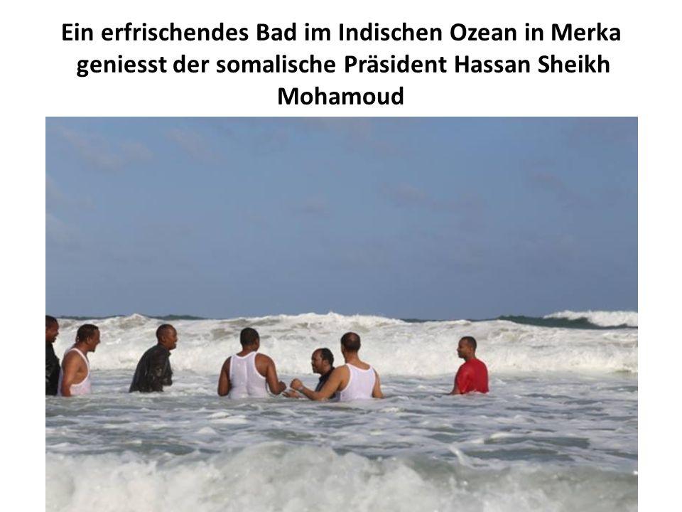 Ein erfrischendes Bad im Indischen Ozean in Merka geniesst der somalische Präsident Hassan Sheikh Mohamoud