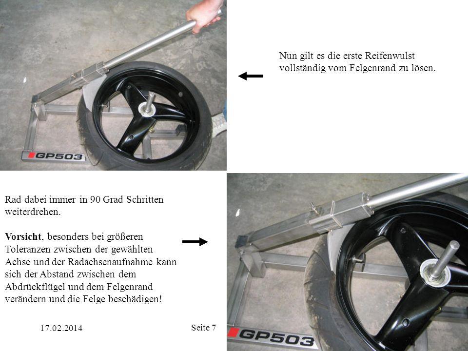 Nun gilt es die erste Reifenwulst vollständig vom Felgenrand zu lösen.