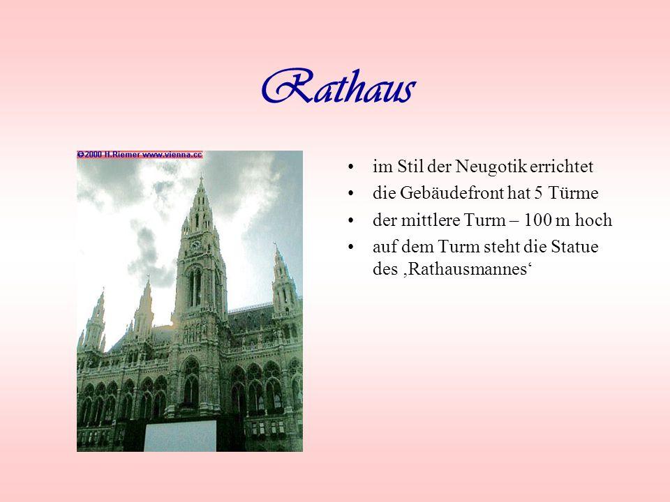 Rathaus im Stil der Neugotik errichtet die Gebäudefront hat 5 Türme