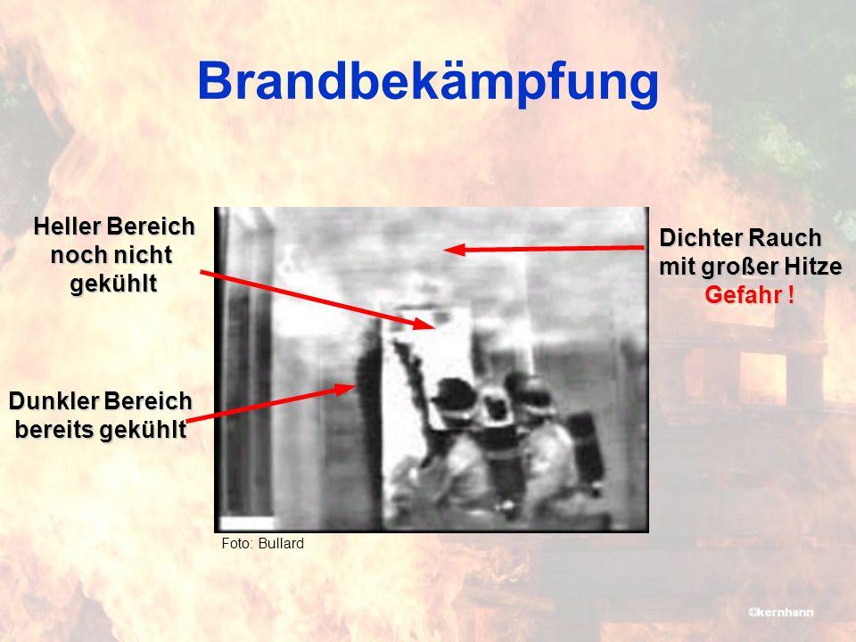 Brandbekämpfung Heller Bereich Dichter Rauch mit großer Hitze