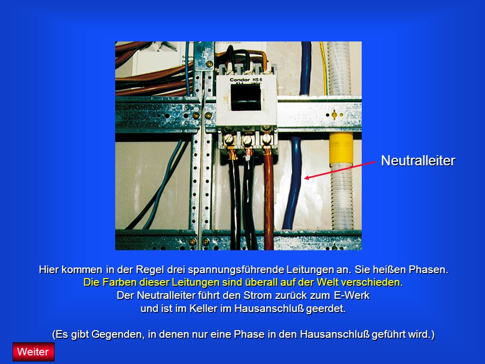 NeutralleiterHier kommen in der Regel drei spannungsführende Leitungen an. Sie heißen Phasen.