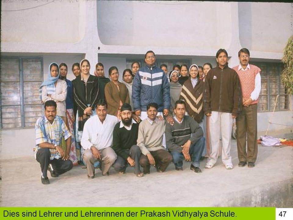 Dies sind Lehrer und Lehrerinnen der Prakash Vidhyalya Schule.