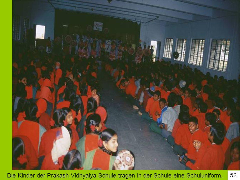 Die Kinder der Prakash Vidhyalya Schule tragen in der Schule eine Schuluniform.