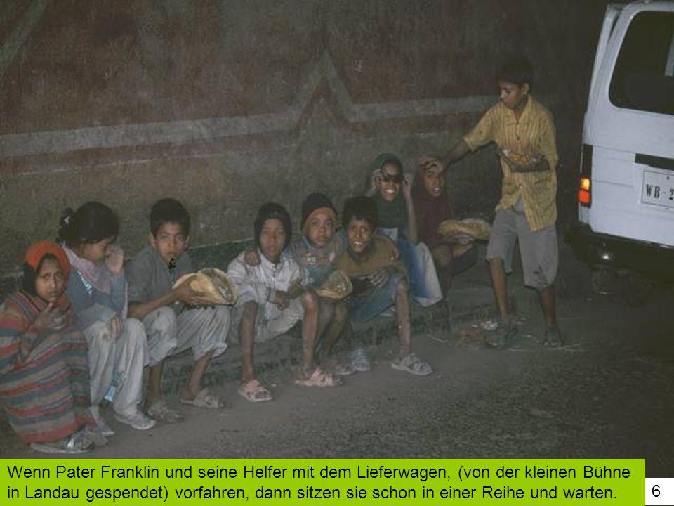 Wenn Pater Franklin und seine Helfer mit dem Lieferwagen, (von der kleinen Bühne in Landau gespendet) vorfahren, dann sitzen sie schon in einer Reihe und warten.