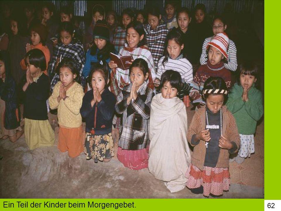 Ein Teil der Kinder beim Morgengebet.