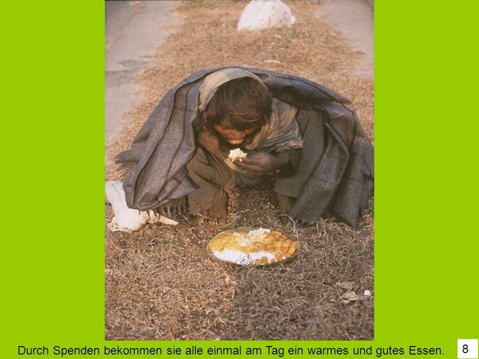Durch Spenden bekommen sie alle einmal am Tag ein warmes und gutes Essen.