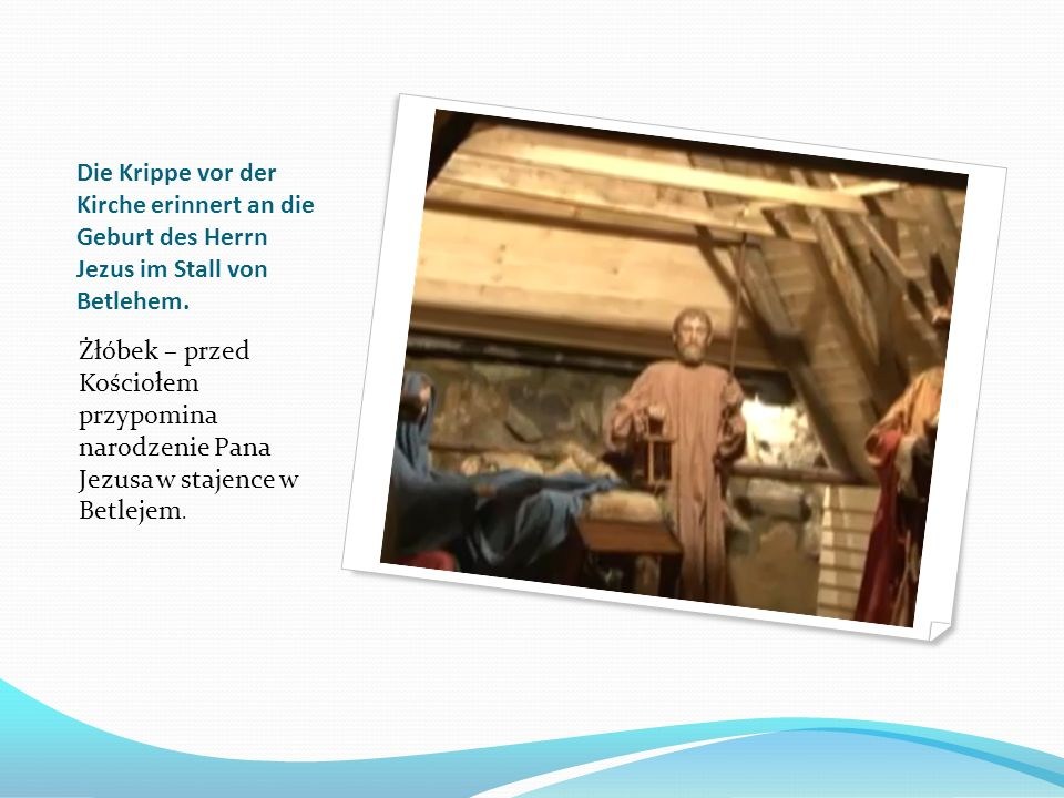 Die Krippe vor der Kirche erinnert an die Geburt des Herrn Jezus im Stall von Betlehem.