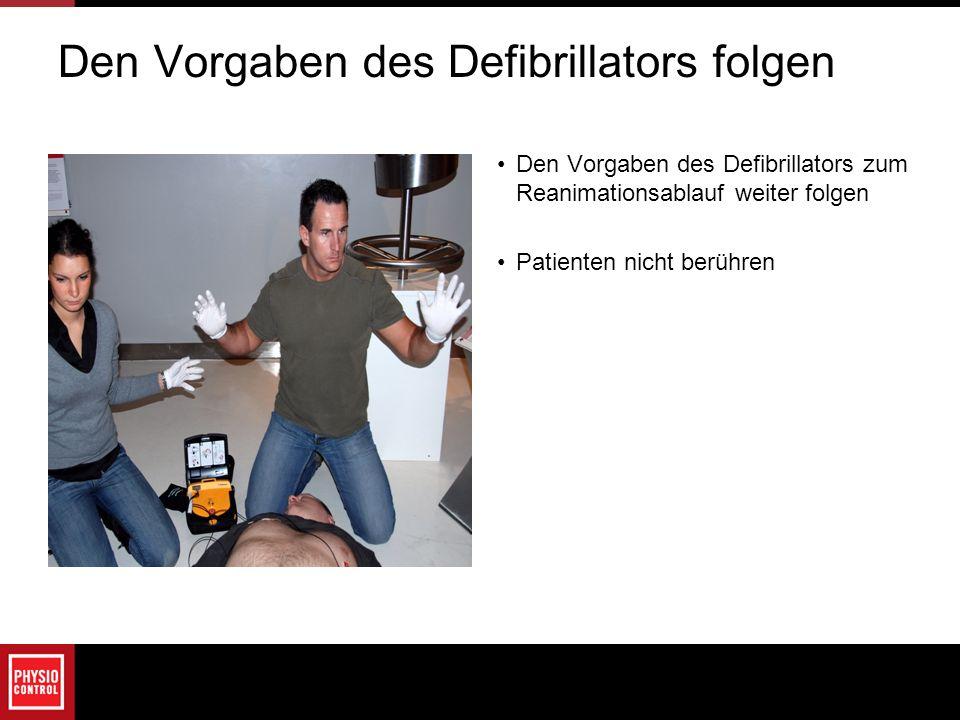 Den Vorgaben des Defibrillators folgen