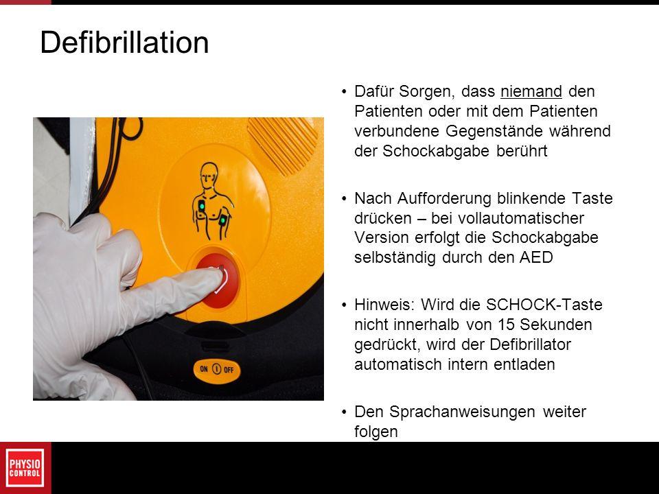 Defibrillation Dafür Sorgen, dass niemand den Patienten oder mit dem Patienten verbundene Gegenstände während der Schockabgabe berührt.