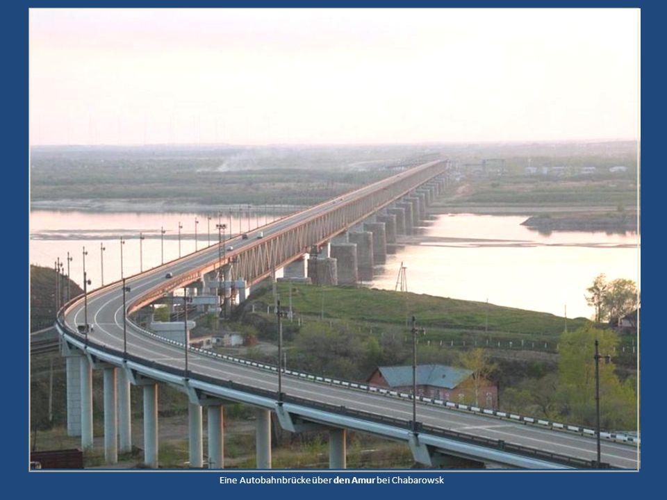 Eine Autobahnbrücke über den Amur bei Chabarowsk