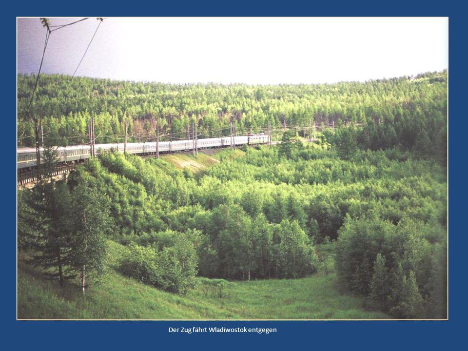 Der Zug fährt Wladiwostok entgegen