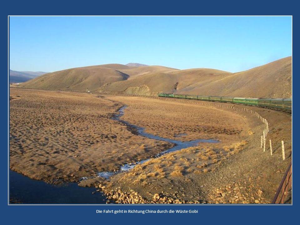 Die Fahrt geht in Richtung China durch die Wüste Gobi