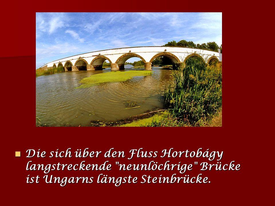 Die sich über den Fluss Hortobágy langstreckende neunlöchrige Brücke ist Ungarns längste Steinbrücke.
