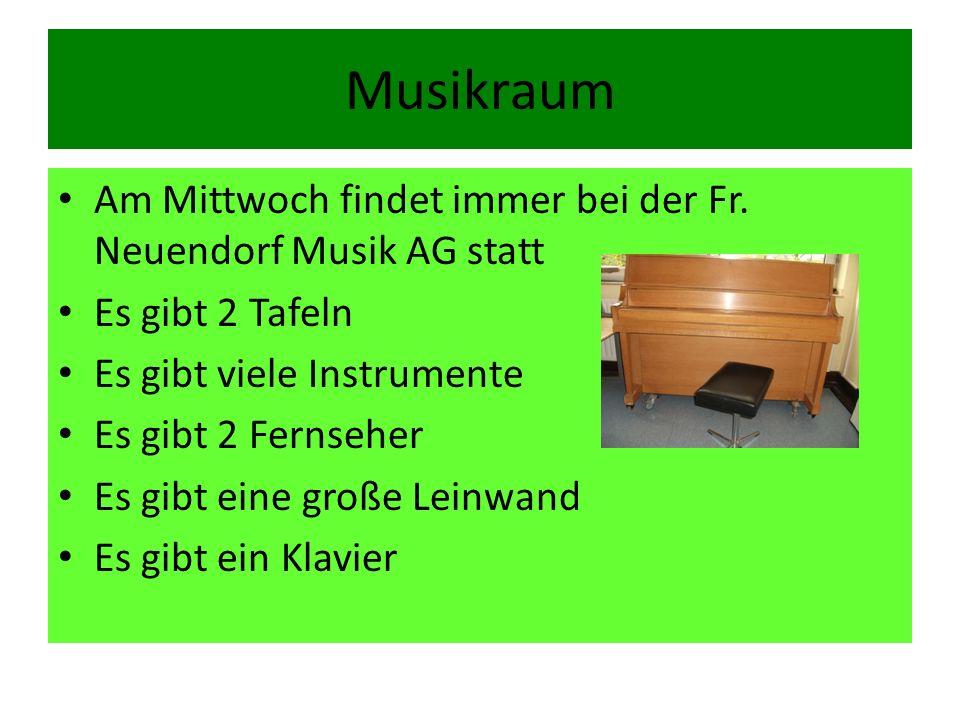 Musikraum Am Mittwoch findet immer bei der Fr. Neuendorf Musik AG statt. Es gibt 2 Tafeln. Es gibt viele Instrumente.