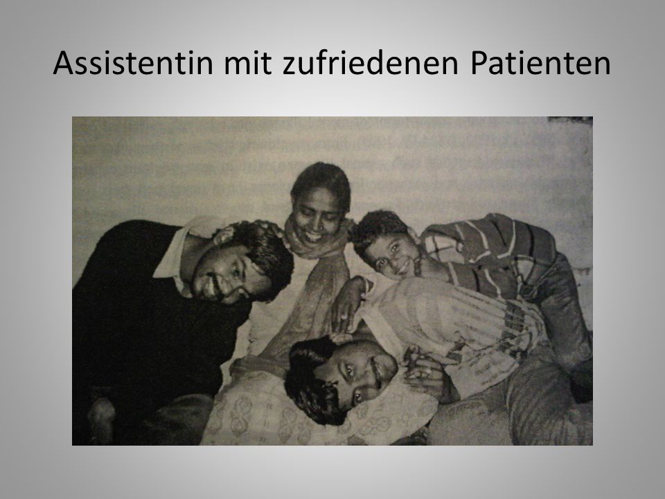 Assistentin mit zufriedenen Patienten