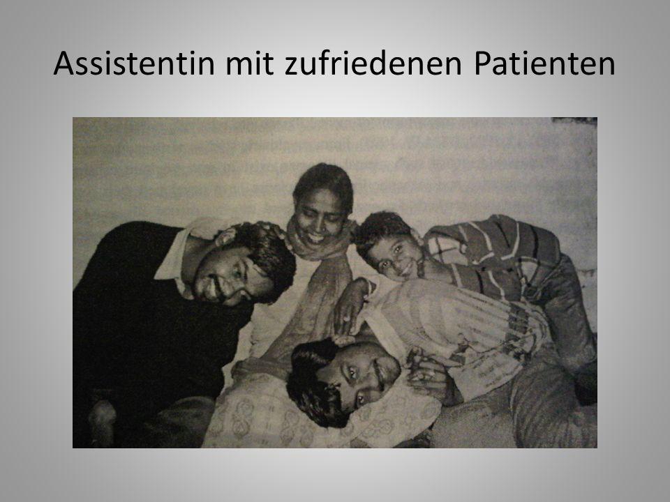 Assistentin mit zufriedenen Patienten