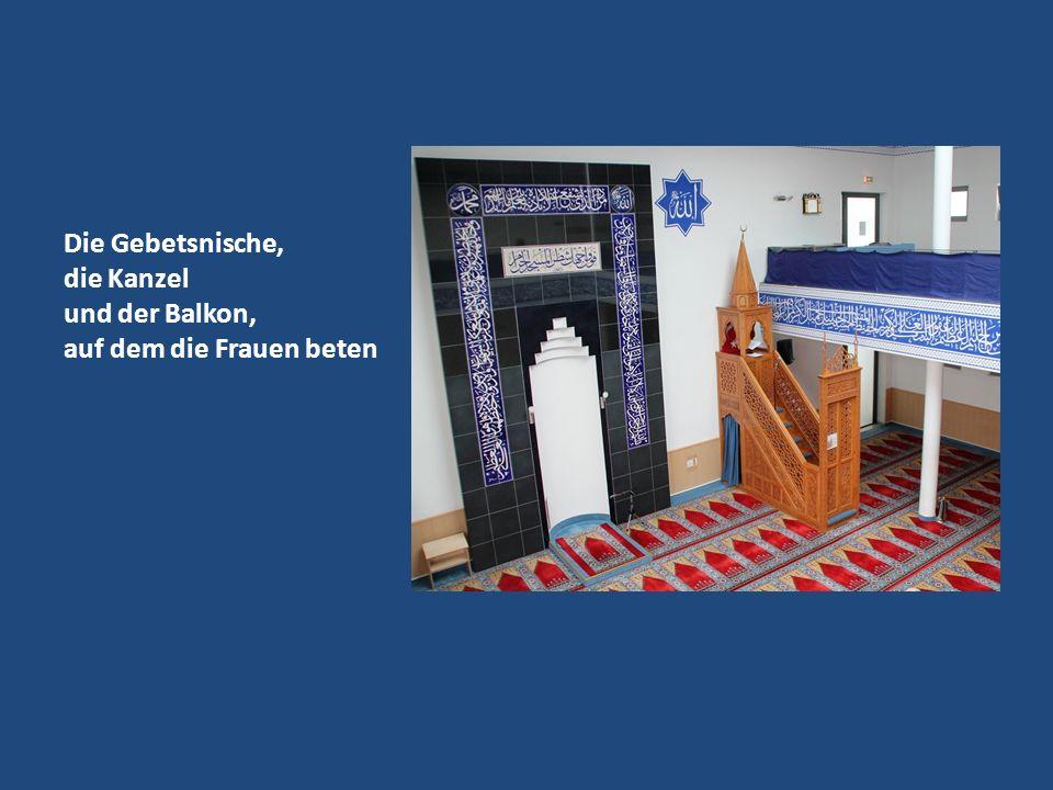 Die Gebetsnische, die Kanzel und der Balkon, auf dem die Frauen beten