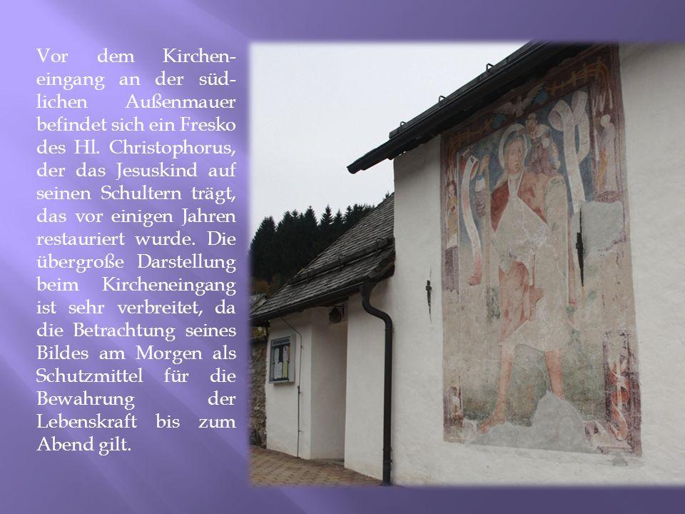 Vor dem Kirchen-eingang an der süd-lichen Außenmauer befindet sich ein Fresko des Hl.