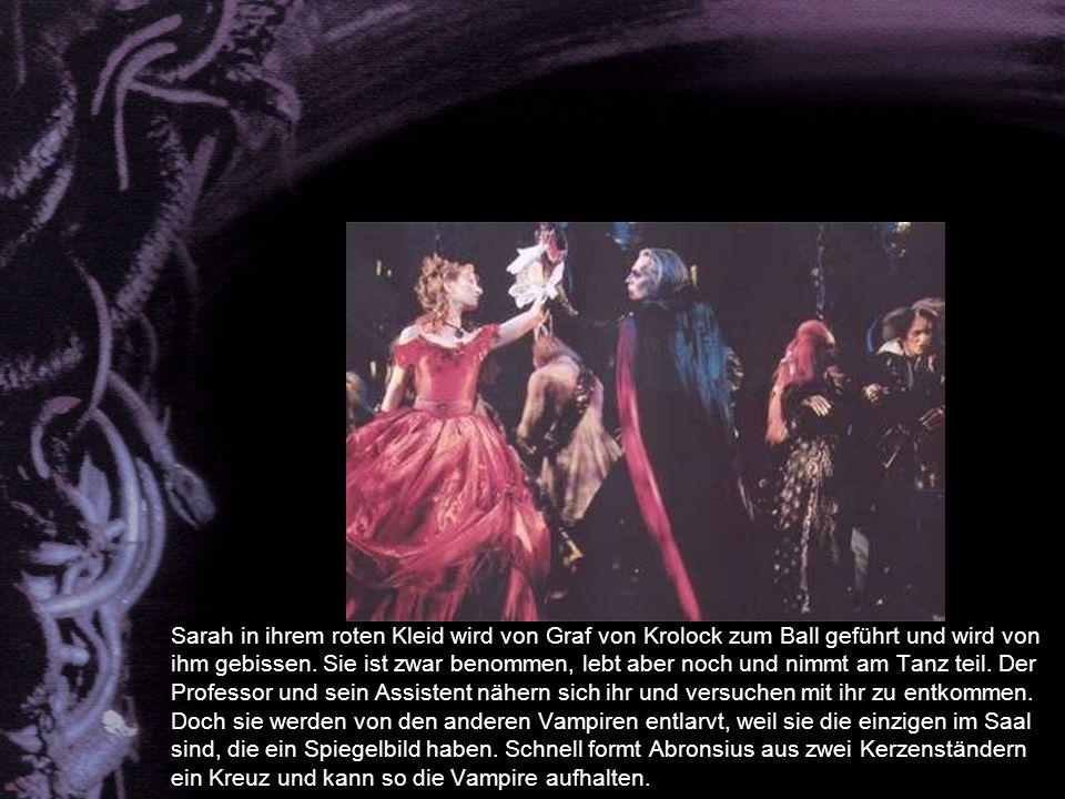 Sarah in ihrem roten Kleid wird von Graf von Krolock zum Ball geführt und wird von ihm gebissen.