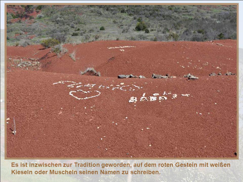 Es ist inzwischen zur Tradition geworden, auf dem roten Gestein mit weißen Kieseln oder Muscheln seinen Namen zu schreiben.