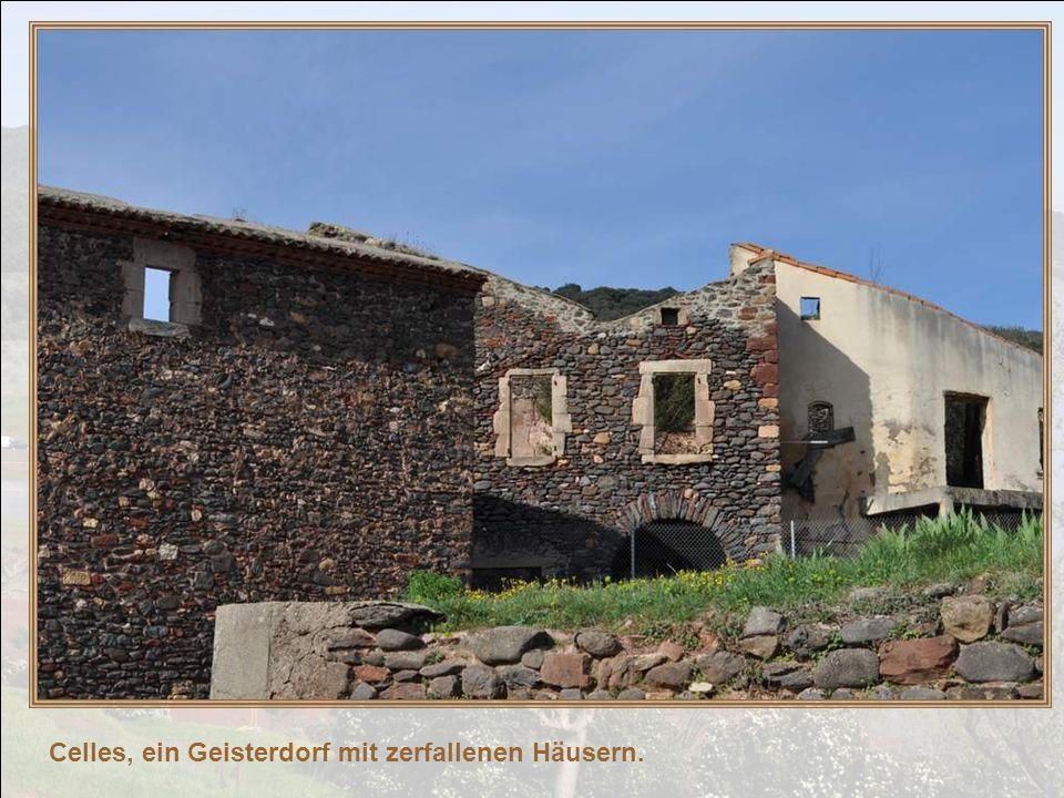 Celles, ein Geisterdorf mit zerfallenen Häusern.