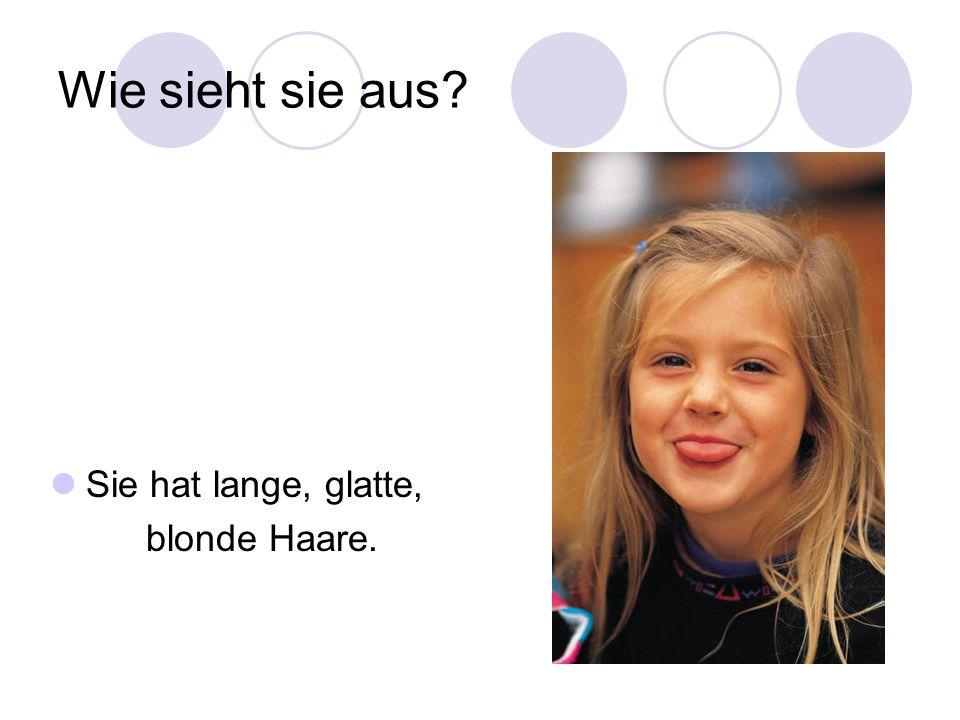Wie sieht sie aus Sie hat lange, glatte, blonde Haare.