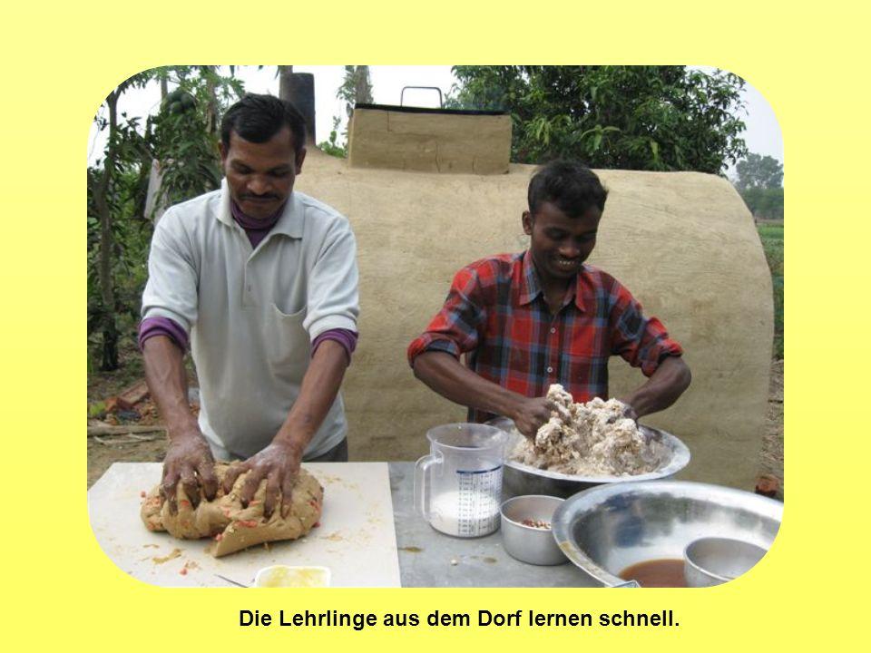 Die Lehrlinge aus dem Dorf lernen schnell.