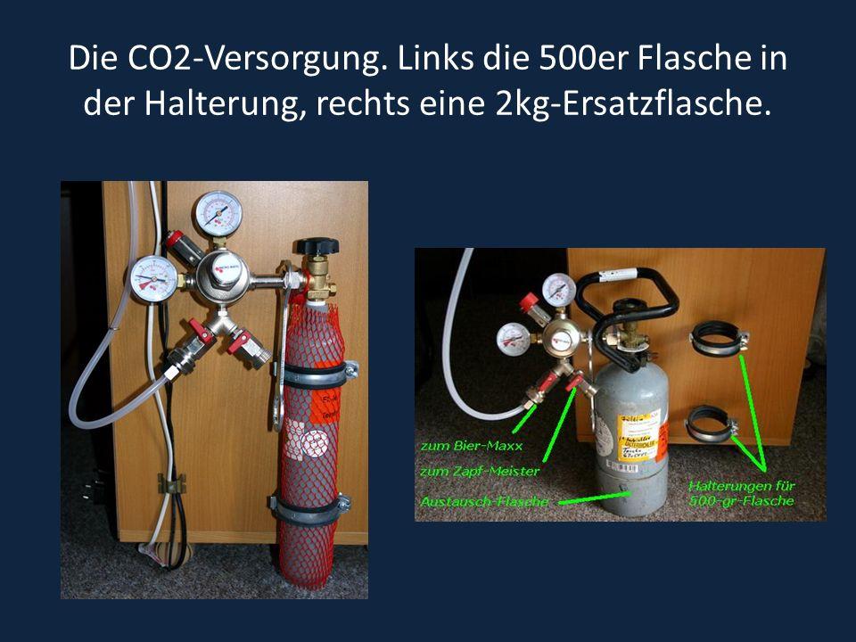 Die CO2-Versorgung. Links die 500er Flasche in der Halterung, rechts eine 2kg-Ersatzflasche.