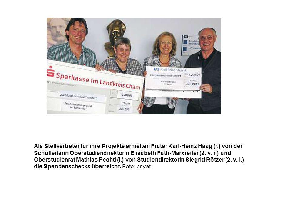 Als Stellvertreter für ihre Projekte erhielten Frater Karl-Heinz Haag (r.) von der