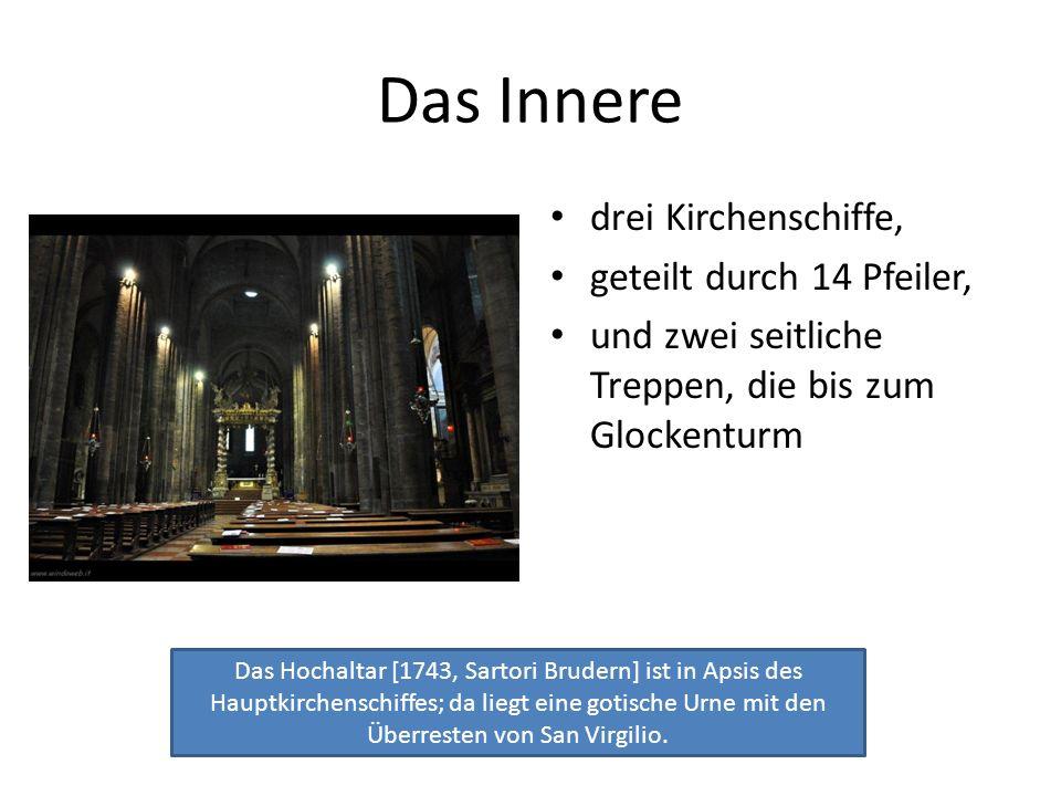 Das Innere drei Kirchenschiffe, geteilt durch 14 Pfeiler,