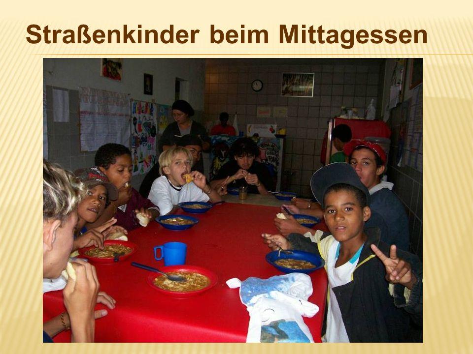 Straßenkinder beim Mittagessen