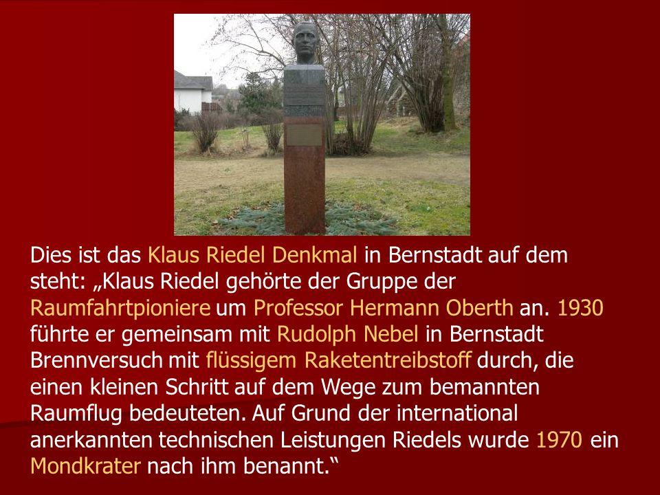 """Dies ist das Klaus Riedel Denkmal in Bernstadt auf dem steht: """"Klaus Riedel gehörte der Gruppe der Raumfahrtpioniere um Professor Hermann Oberth an."""