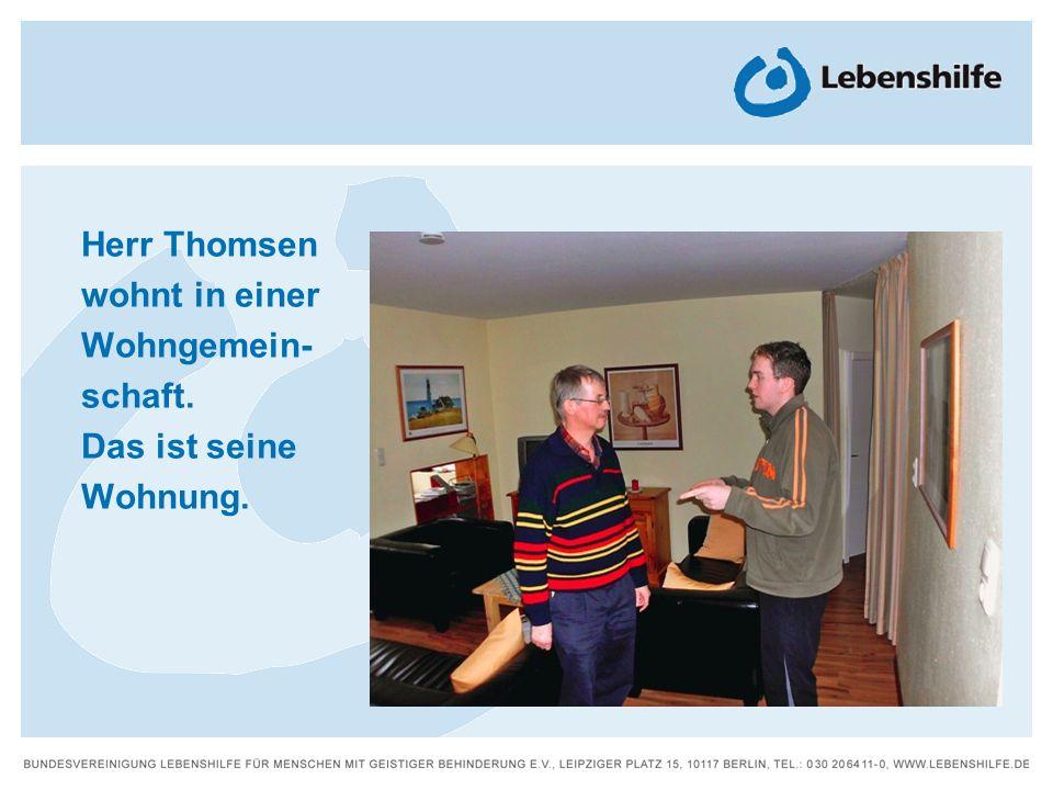 Herr Thomsen wohnt in einer Wohngemein-schaft.