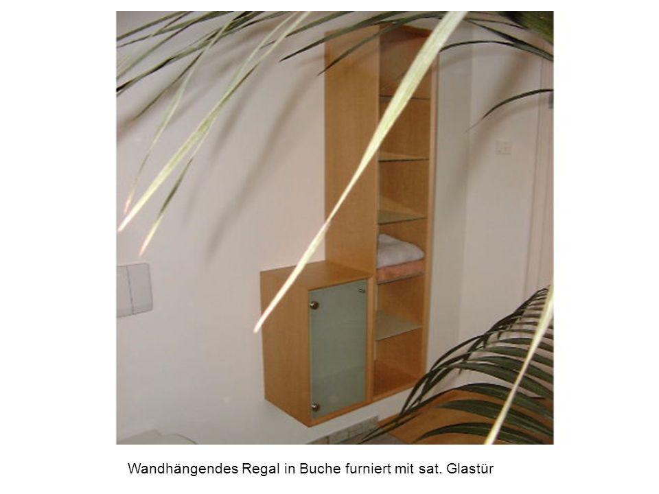 Wandhängendes Regal in Buche furniert mit sat. Glastür