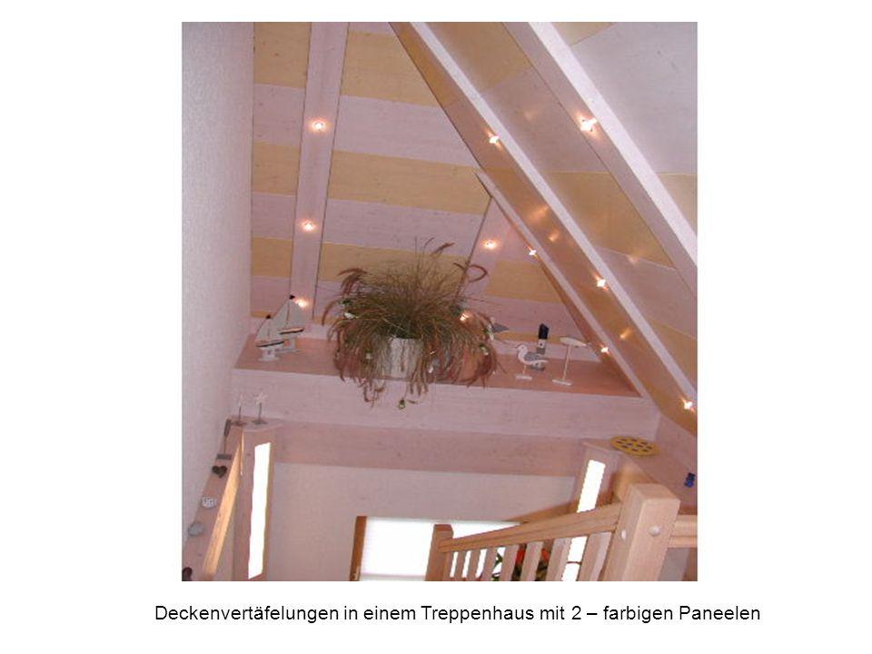 Deckenvertäfelungen in einem Treppenhaus mit 2 – farbigen Paneelen