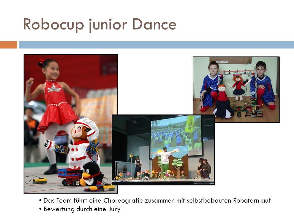 Robocup junior Dance Das Team führt eine Choreografie zusammen mit selbstbebauten Robotern auf.